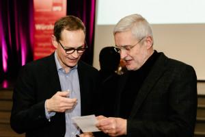 Michael Müller unterschreibt eine Autogrammkarte für Toni Gernert (Foto: Maurice Schönen)