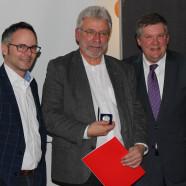 Stefan Wolfshörndl (links), der Geehrte Harald Schmid (Mitte) und Volkmar Halbleib (rechts))